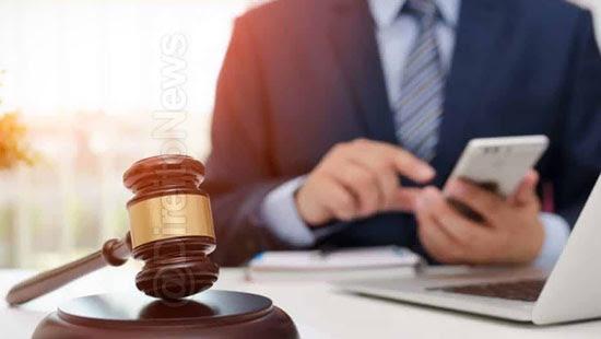 Diálogo de juiz e assessora ofendendo advogado e cliente vaza em sentença por engano