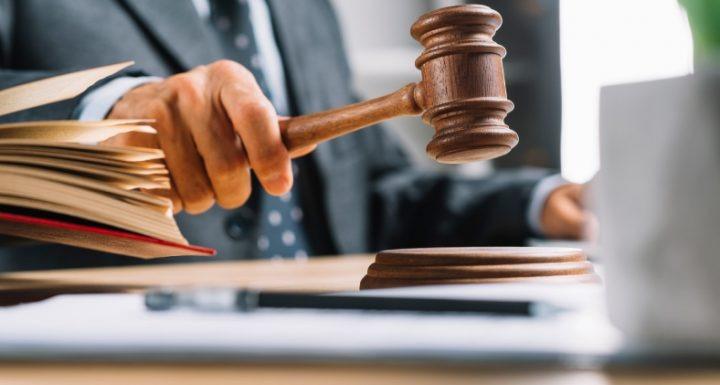 Reversão de justa causa não garante indenização por danos morais, decide TST